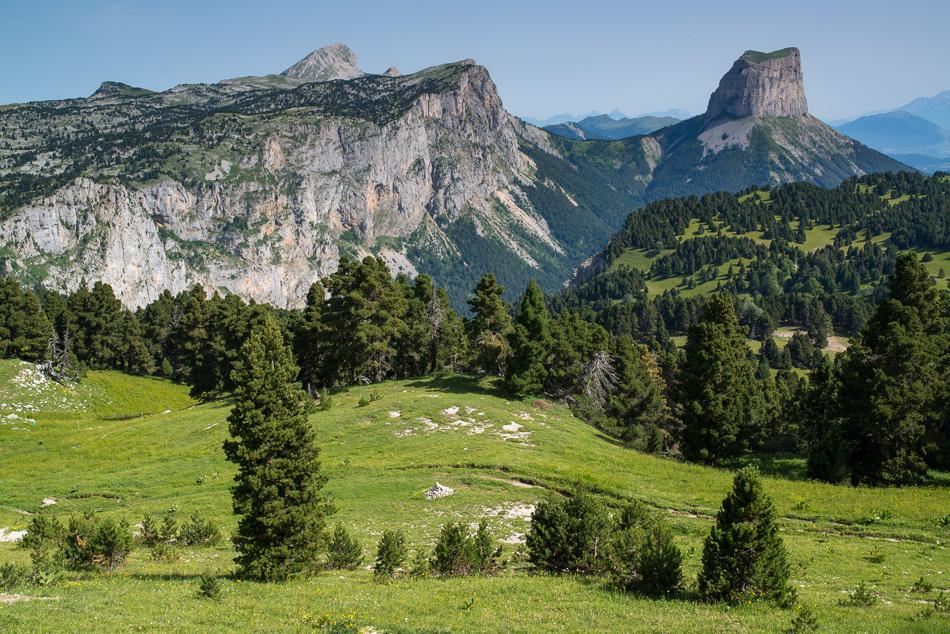 Alpages des Hauts Plateaux du Vercors: vue sur le Grand Veymont et le Mont Aiguille