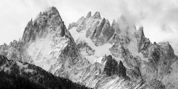 Premières neiges sur sur les Aiguilles de Chamonix en noir et blanc