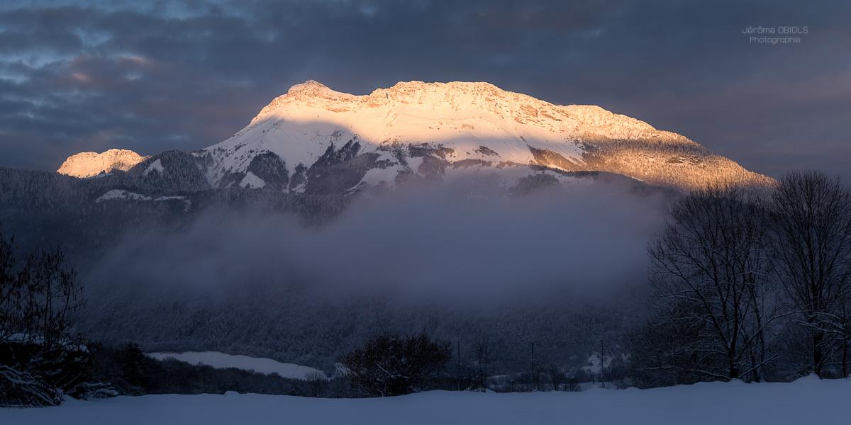 Lever de soleil sur le Mont Colombier en hiver. Massif des Bauges.