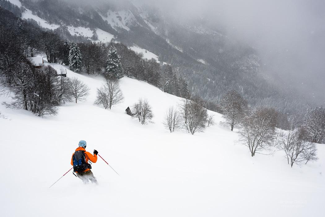 Skieur dans la poudreuse dnas uen clairière. Massif des Bauges.
