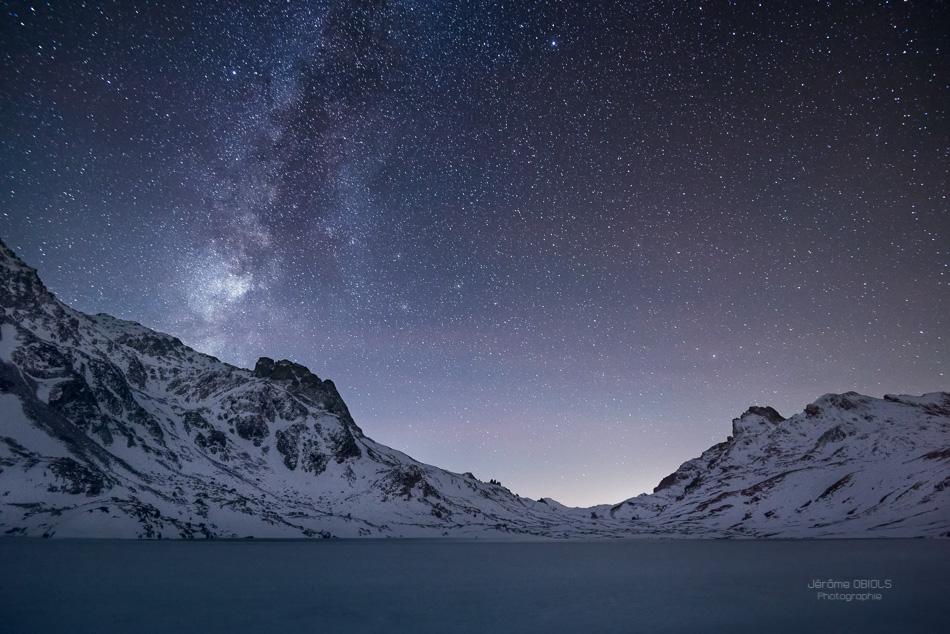 Voie lactee au dessus du lac rond gele et du col des Rochilles. Vallee de la Claree, massif des Cerces.