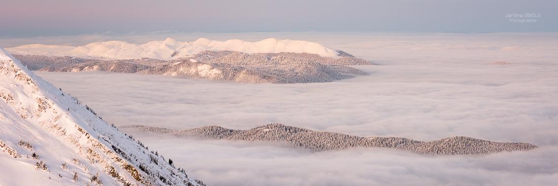 Le plateau de Font d'URle en hiver au dessus des nuages. Vu depuis le Pas de la Balme. Parc Regional Naturel du Vercors.
