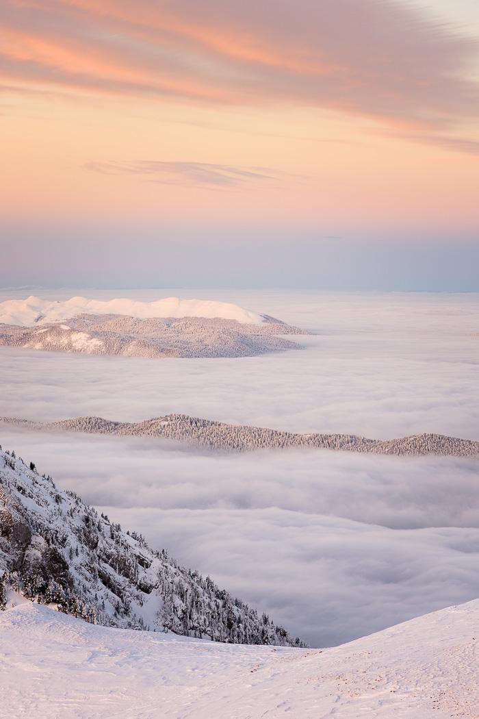 Aurore et mer de nuages en Vercors sous la neige l'hiver. Parc Regional Naturel du Vercors.