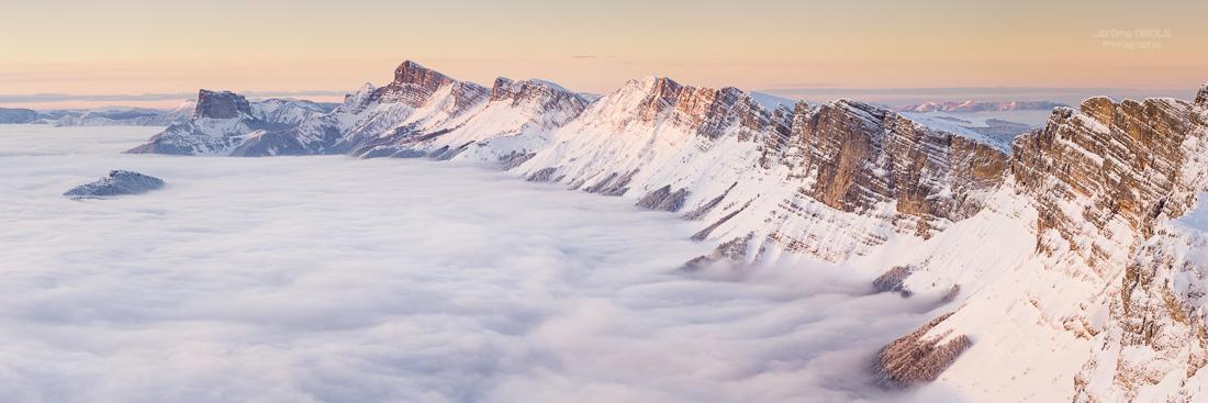 Vue panoramique l'hiver sous la neige sur le Vercors et le Grand Veymont sous la neige et mer de nuages. Parc Regional Naturel du Vercors.