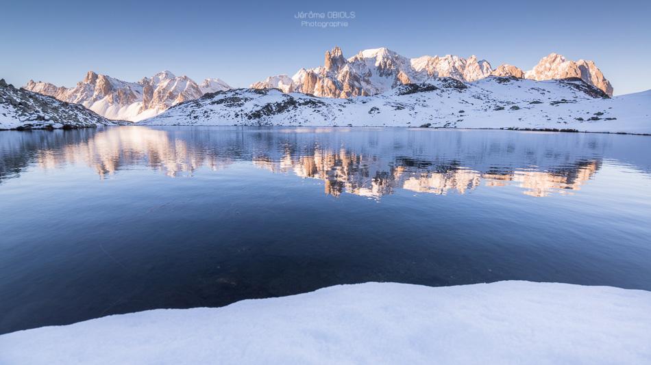 Reflet des Cerces dans un lac de montagne