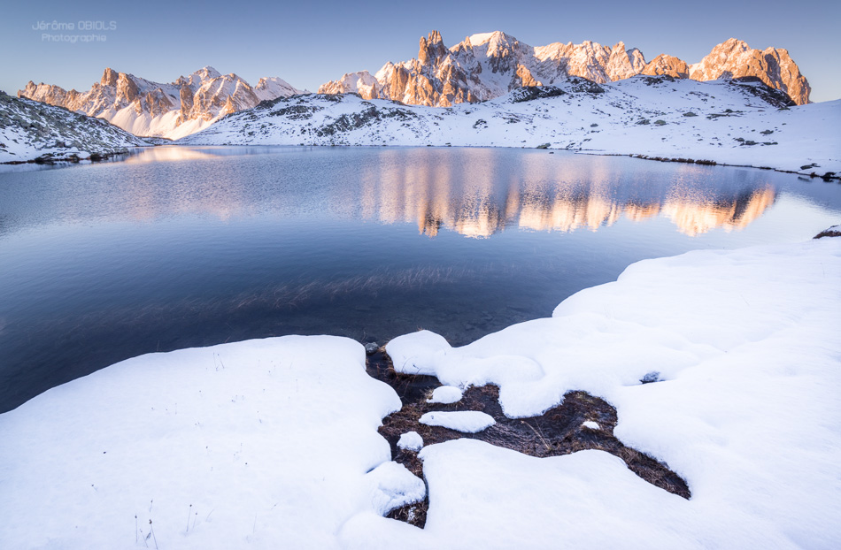 Forme de lapin dans la neige au bord d'un lac de montagne