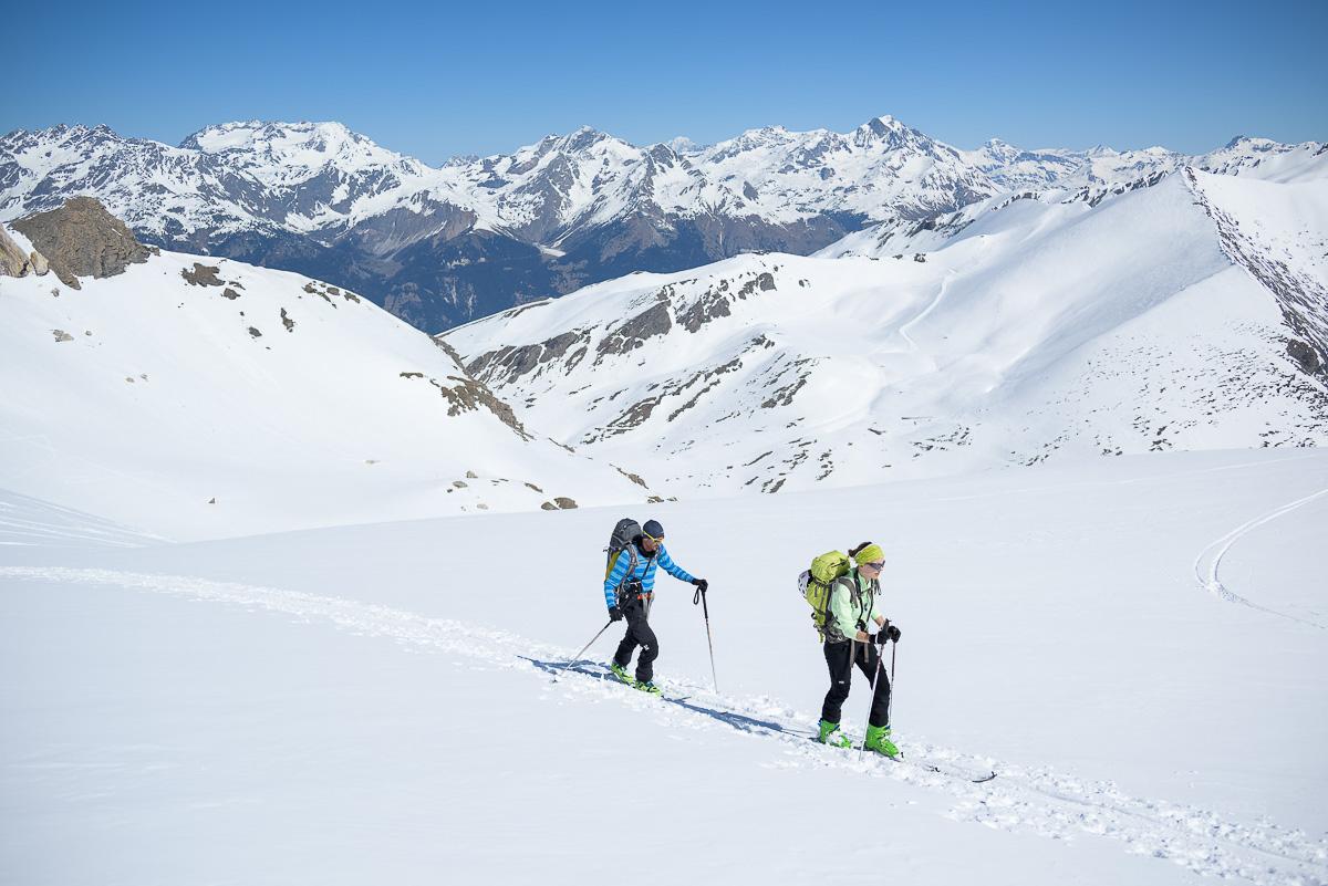 Skieurs de randonnée au printemps sur fond de Vanoise. Massif des Cerces