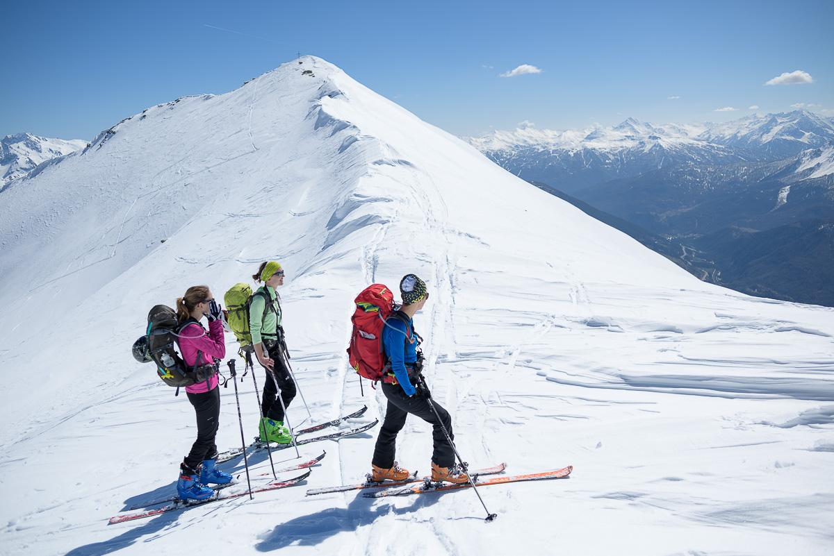 Skieurs sur une crête de neige vers le sommet de Punta Nera. Massif des Cerces