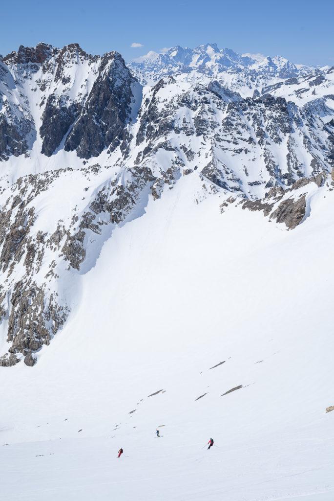 Skieurs dans la descente de Punta Nera face aux Ecrins