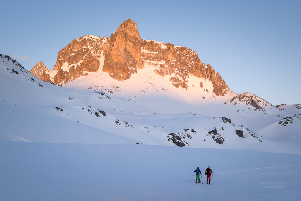 Randonneurs à skis devant le Cheval Blanc (3020m) au dessus du Refuge du Mont Thabor. Massif des Cerces