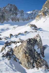 Rocher dans la neige sous le Mont-Thabor. Massif des Cerces