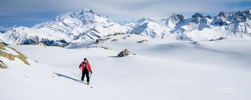 Skieur de randonne au Grand-Mont. Mont-Blanc en arriere-plan avec ciel bleu. Massif du Beaufortin.