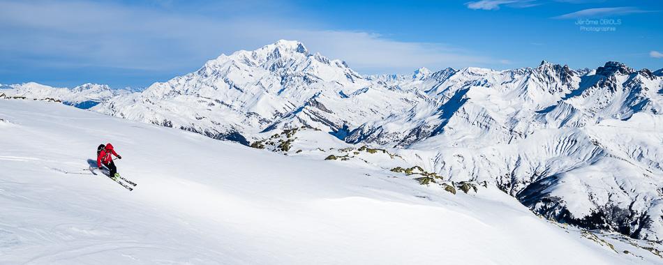 Skieur en descente dans le beaufortin face au Mont-Blanc. Grand Mont.
