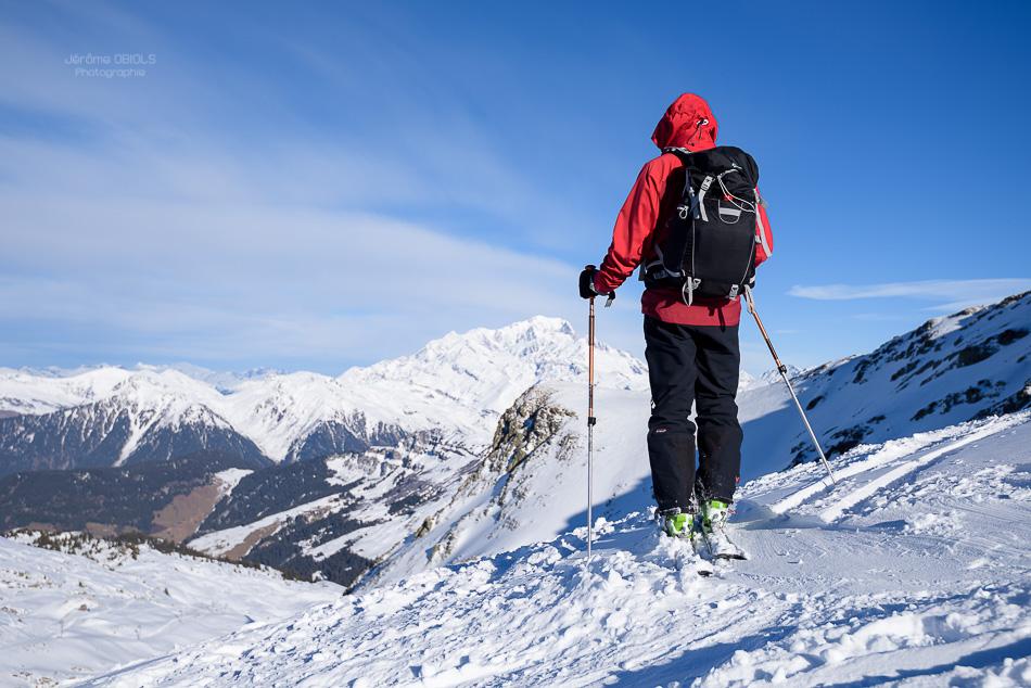 Skieur debout au sommet de la station d'Areches-Beaufort, regardant le Mont-Blanc. Grand-Mont. Massif du Beaufortin.