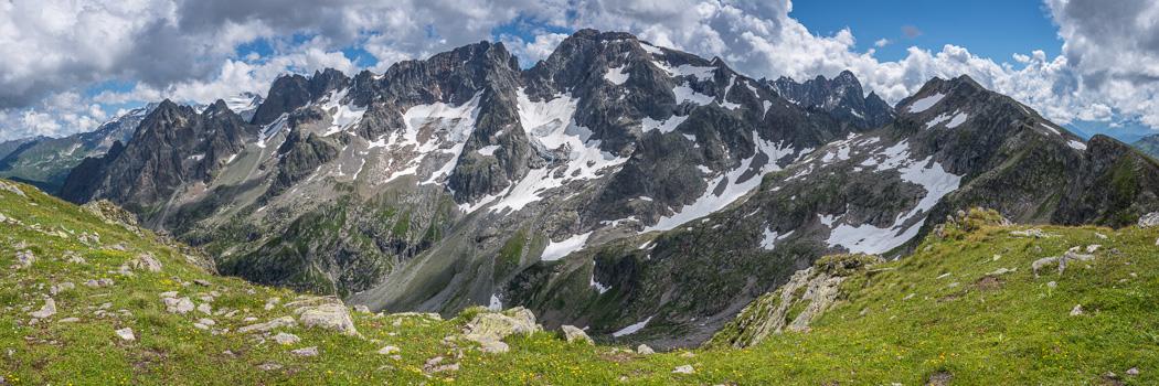 Vue sur le versant nord des Aiguilles Rouges et leurs glaciers e