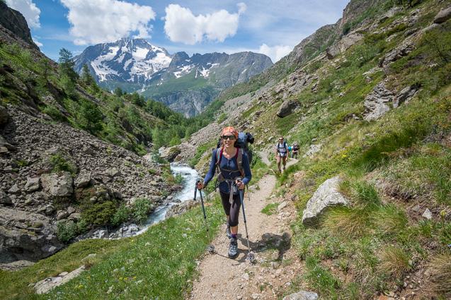 Randonneurs dans le vallon de la Selle, sur le sentier menant au refuge de la Selle.  En arrière-plan, la Tete de Lauranoure. Parc National des Ecrins.