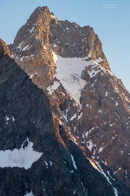 Le versant nord de l'Aiguille du Plat de la Selle. Parc National des Ecrins.