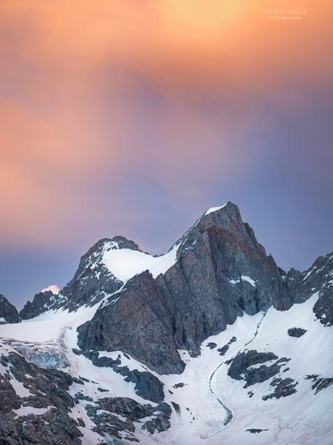 Dernieres lueurs au dessus des Tetes du Replat (3429m). Parc National des Ecrins.