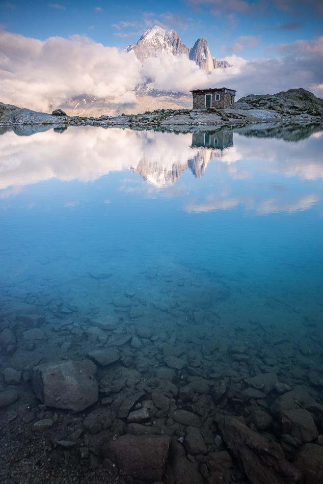 L'ancien refuge du Lac Blanc et l'Aiguille Verte