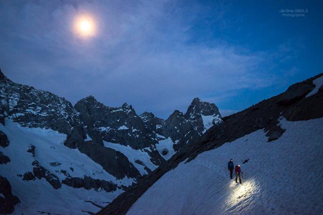 Alpinistes sur un neve de nuit