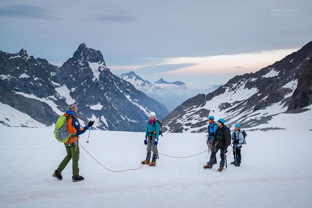 Guide et sa cordee sur le glacier de la Selle