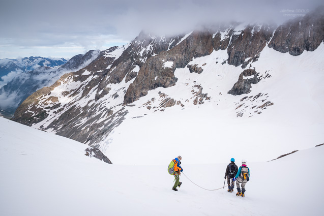 Guide et ses clients sur un glacier
