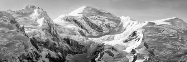 Panorama sur le Mont-Blanc - versant Chamonix en noir et blanc.