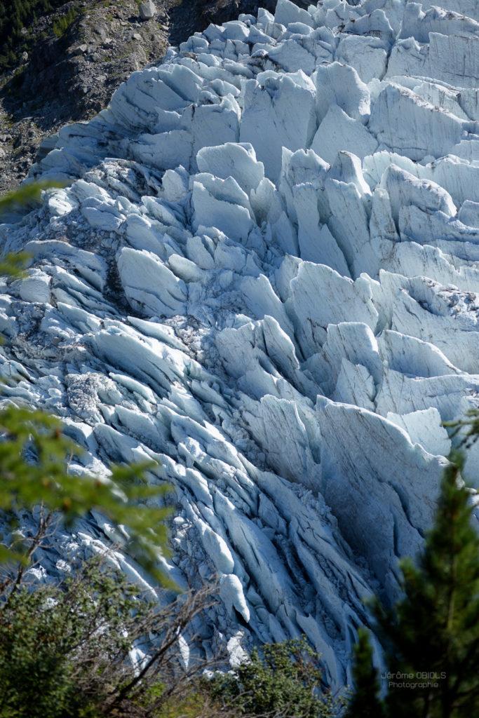 Lames glaciaires du glacier des Bossons vues depuis le Chalet des Pyramides sur le sentier de la Jonction.