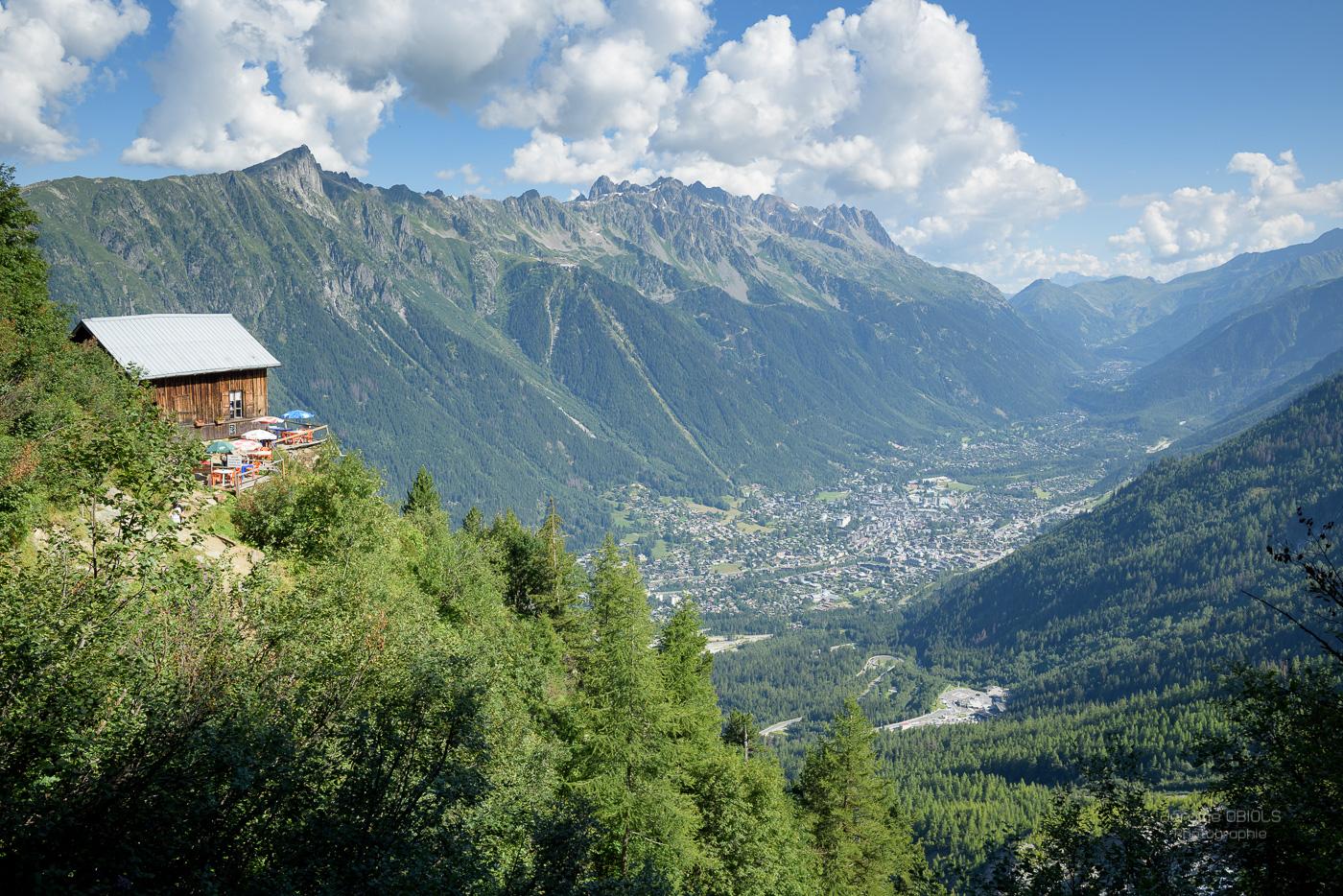 Vue sur le Chalet des Pyramides, la vallée de Chamonix et les Aiguilles Rouges.