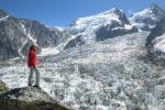 Personnage avec veste rouge devant les glaciers à la Jonction. Massif du Mont-Blanc.