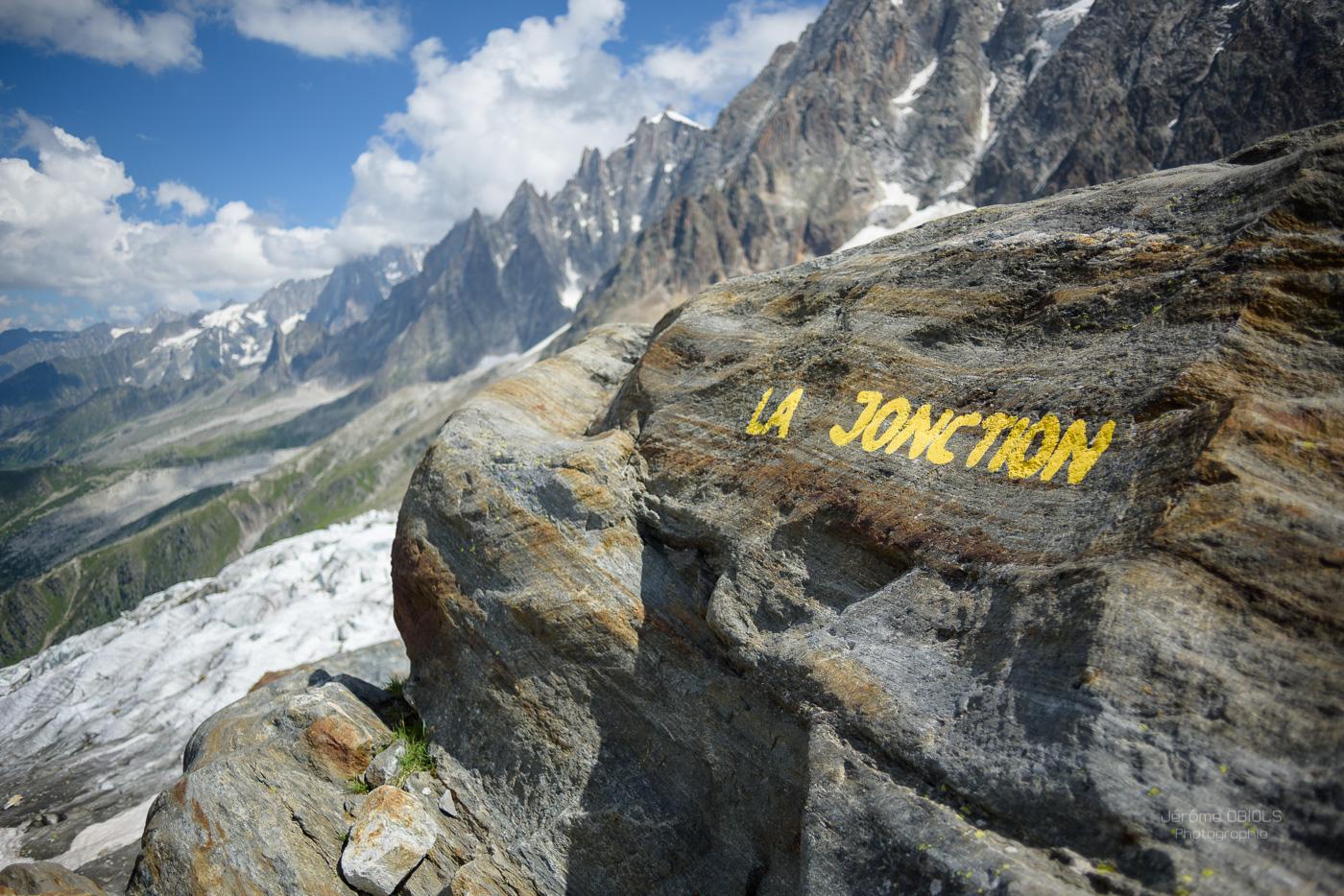 La Jonction, inscription à la peinture jaune au sommet d'un rocher.