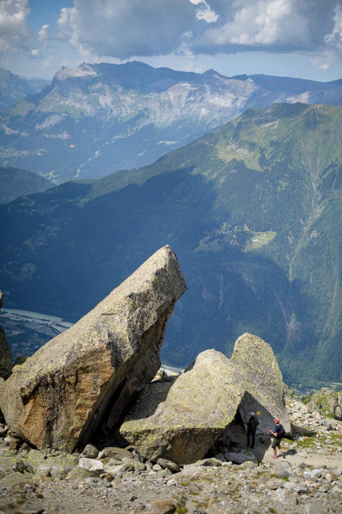 Le Gîte à Balmat à la Jonction. Bloc de granit sous lequel dormirent Jacques Balmat et Michel Gabriel Paccard lors de leur premières ascension du Mont-Blanc le 7 août 1786. Massif du Mont-Blanc.