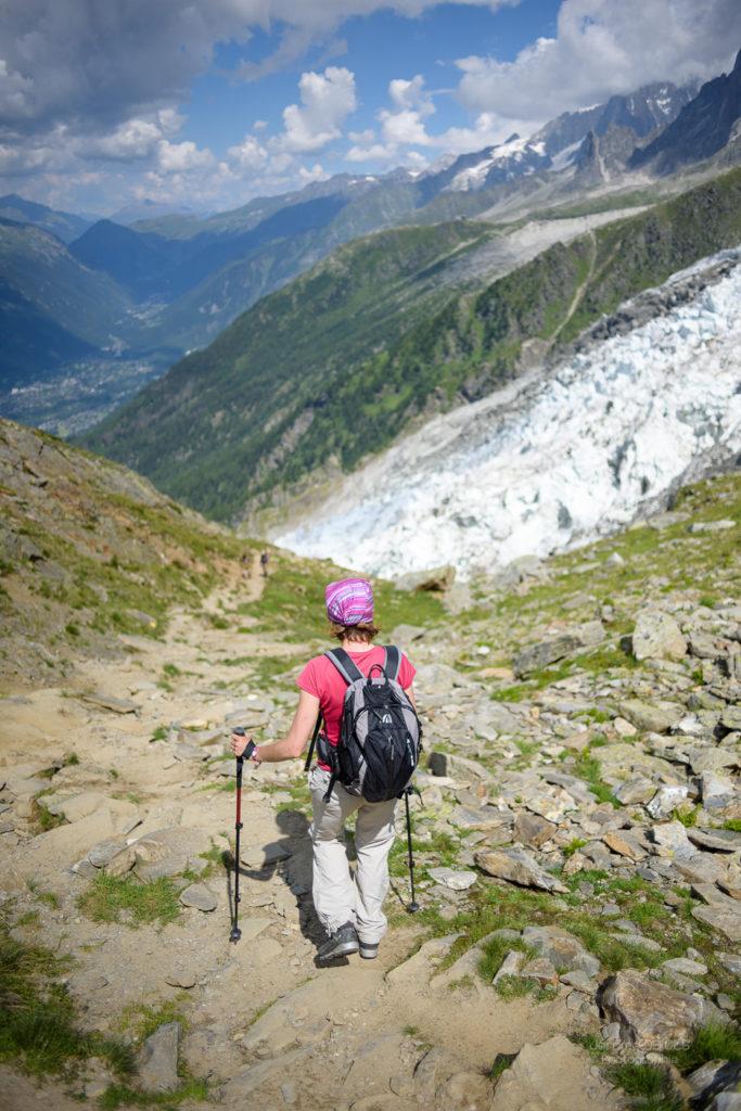 Personnage sur le sentier descendant de la Jonction devant le glacier des Bossons. Massif du Mont-Blanc.