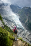 Personnage face au glacier de Taconnaz. Massif du Mont-Blanc.