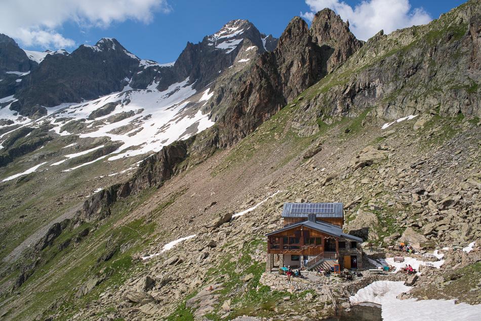 Le refuge du Pigeonnier en été (Valgaudemar, Ecrins), au pied des pics du Vaccivier