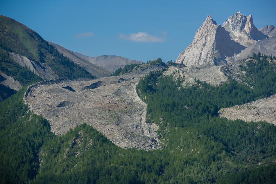 Langue terminale d'un glacier recouvert de pierres - glacier de Miage - val Veni