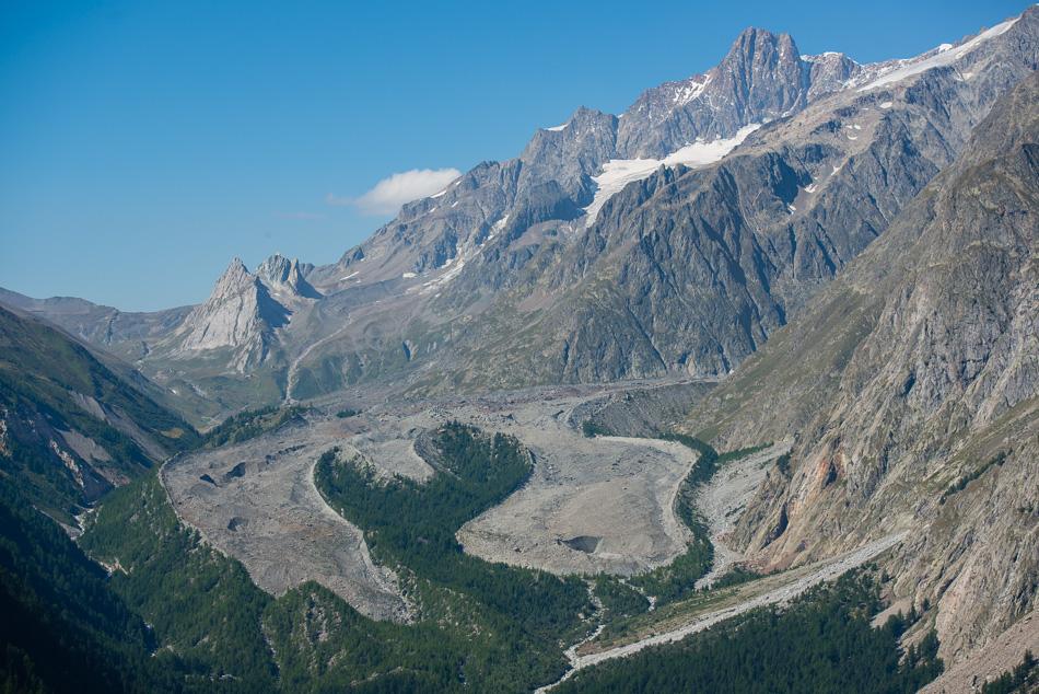 Langue glaciaire du glacier du Miage dans le Val Veni avec l'Aiguille des Glaciers en arriere plan