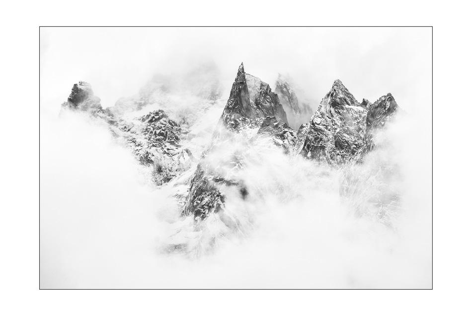 Montagne pointue et effile dans la brume l'Aiguille des Deux Aigles