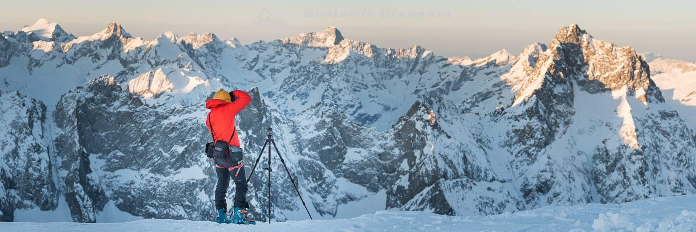 Photographe montagne en hiver en train de photographier la haute-montagne