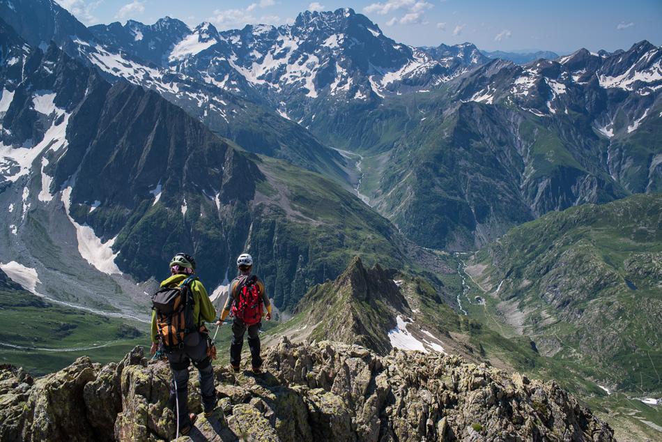 Au sommet du Pic Central du Vaccivier, les alpiniste s'appretent a redescendre par la crete de l'Orient.