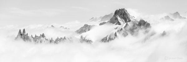 Photo alpine noir et blanc de montagne. Aiguille de Triolet. Photo panoramique noir et blanc grand format.