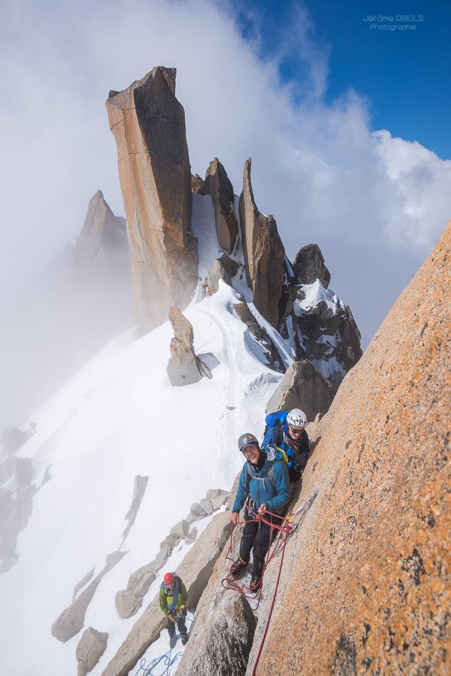 Alpinistes au relais sur l'arete des cosmiques
