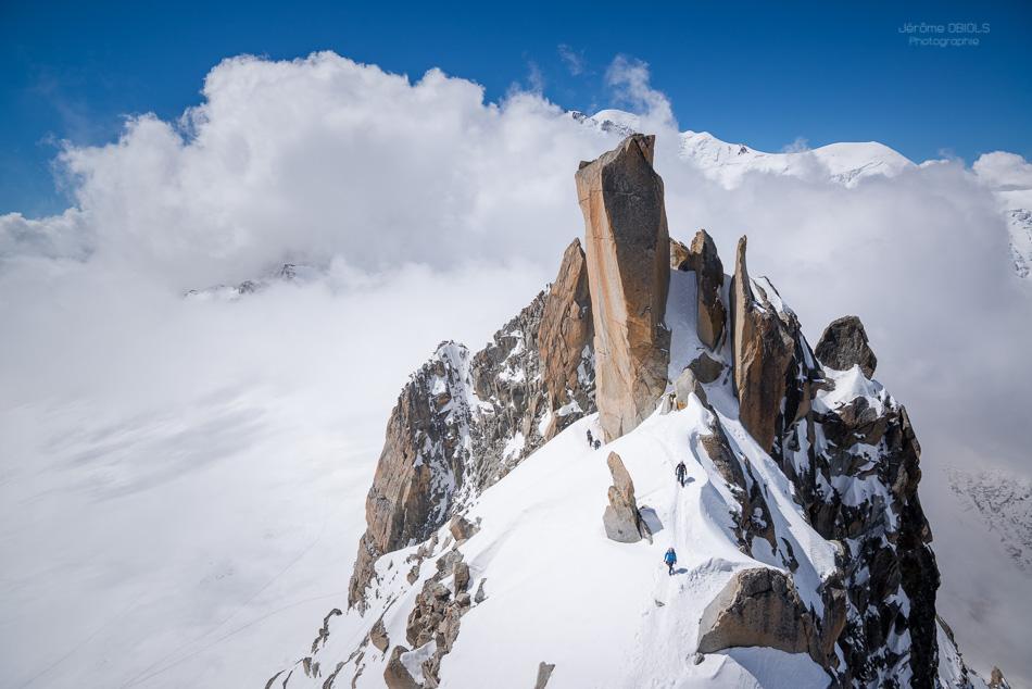 Alpinistes sur l'arete des Cosmiques sous le Grand Gendarme