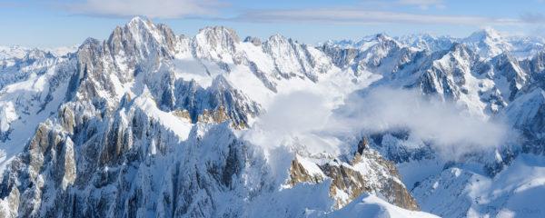 Photo panoramique au coeur du Massif du Mont-Blanc. Vue depuis l'Aiguille du Midi sur les Aiguilles de Chamonix et le bassin de Talèfre sous l'Aiguille Verte.
