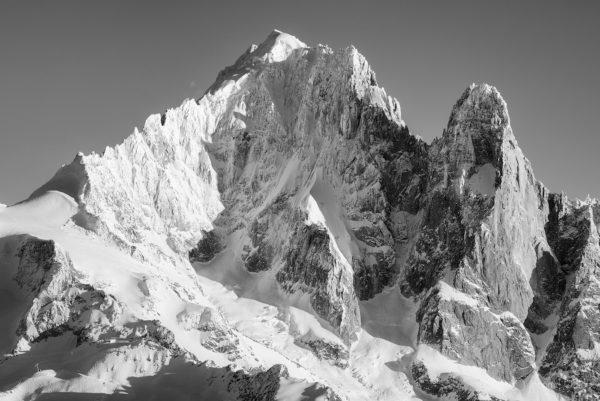 Photo en noir et blanc de l'Aiguille Verte en hiver recouverte de neige