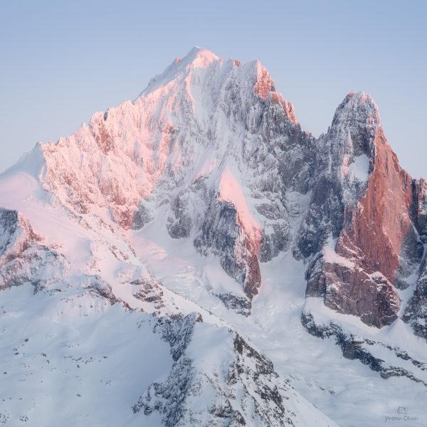 Montagne enneigée. Coucher de soleil sur le versant Nant Blanc de l'Aiguille Verte et les Drus en hiver. Massif du Mont-Blanc.