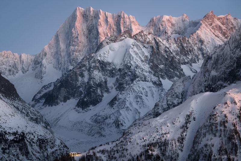 Lever de soleil sur l'Aiguille Noire de Peuterey en hiver. Photos du Massif du Mont-Blanc.