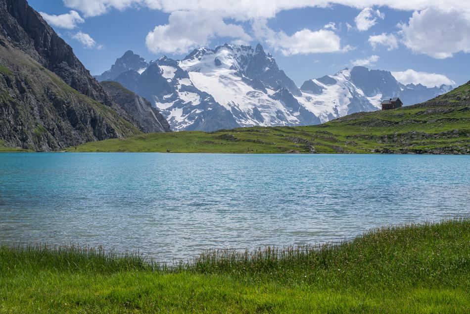 Le refuge et le lac du Goleon devant la Meije