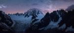 Vue nocturne sur la vallee blanche, le Mont-Blanc et les Aiguilles de Chamonix.