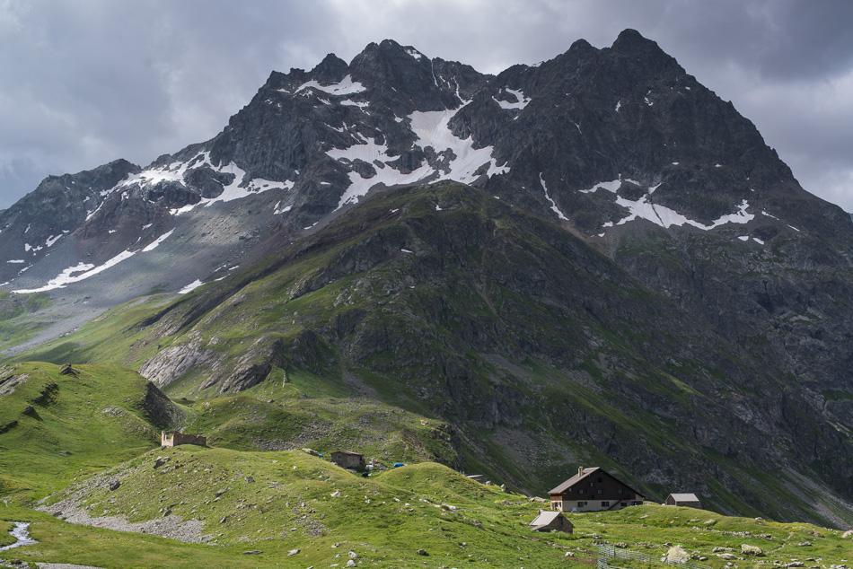 Le refuge de l'Alpe de Villard d'Arene et le Pic de Chamoissiere